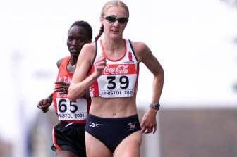 Radcliffe leads to the line ahead of Susan Chepkemei at the 2001 IAAF World Half Marathon Championships in Bristol (© Allsport)