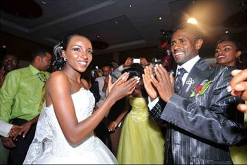 Tirunesh Dibaba and Sileshi Sihine at their wedding celebration (Jiro Mochizuki (Agence shot))