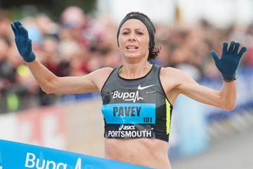Jo Pavey prevails in Portsmouth ()
