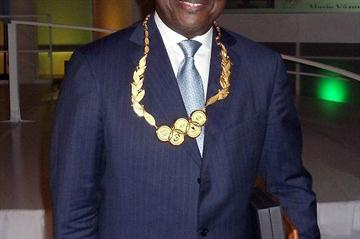 Cheikh Thiaré with the ANOC Order of Merit (IAAF.org)