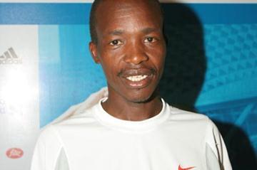 Defending champion Philip Tanui (KEN) prior to the 2005 Singapore Marathon (Martin Tan)