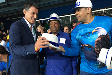 Sebastian Coe with Noca de Portela (centre) and the President of the Portela samba school (IAAF)