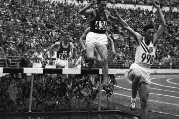 Horace Ashenfelter (r) leading Vladimir Kazantsev in the steeplechase at the 1952 Olympic Games (Getty Images)