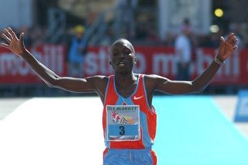 Benjamin Kiptoo breaks the tape with a PB 2:09:23 in Brescia (Lorenzo Sampaolo)