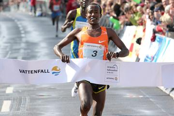 Eshetu Wendimu wins the 2010 Vattenfall Berlin Half Marathon (Victah Sailer/photorun.net)