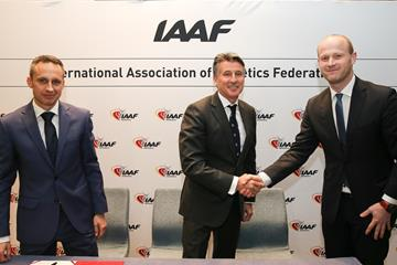 Members of the Gdynia, Poland 2020 World Half Marathon Championships delegation congratulated by IAAF President Sebastian Coe (Philippe Fitte)