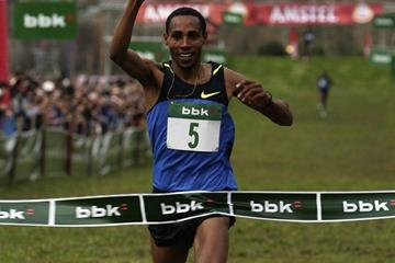 Samuel Tsegay taking the win in the men's race (Unai Sasuategui)