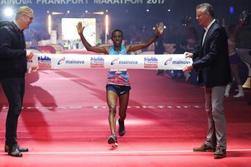 Shure Kitata Tola wins the 2017 Frankfurt Marathon (Victah Sailer/organisers)