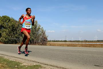 Zersenay Tadese en route to his fifth world half marathon title in Kavarna, Bulgaria (Getty Images)