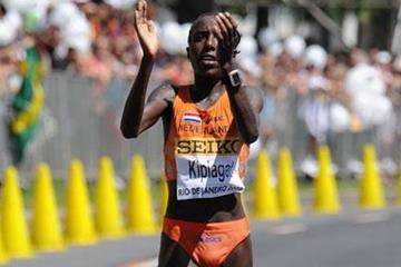 Lornah Kiplagat of the Netherlands wins in 68:37 (Getty Images)