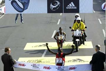 Paul Tergat crosses the finish line in Berlin (Lisa Coniglio)