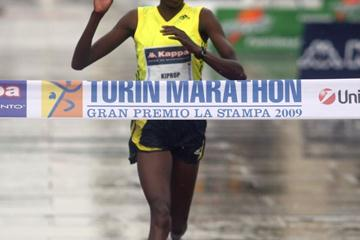 Agnes Kiprop takes the 2009 Turin Marathon (photorun.net)