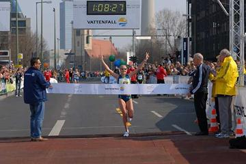 Benita Johnson wins the 2007 Berlin Half in emphatic style (Matthias Thiel / Vattenfall BERLIN HALF MARATHON)
