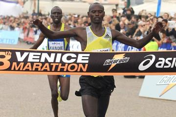 Nixon Machichim crosses the finish line first at the 2013 Venice Marathon (Jean-Pierre Durand)