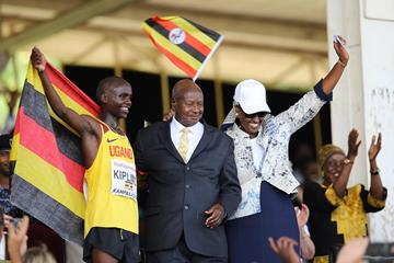 Jacob Kiplimo with Ugandan President Yoweri Museveni and First Lady Janet Kataaha Museveni at the IAAF World Cross Country Championships Kampala 2017 (Roger Sedres)