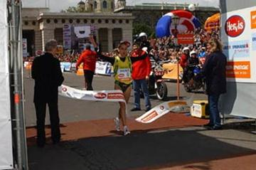 Rosaria Console wins Vienna Marathon (Vienna City Marathon / Action Photo)