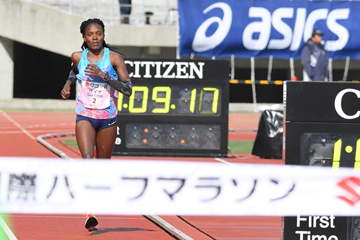 Betsy Saina on her way to winning the Marugame Half Marathon (Masamichi Makino/Getsuriku)