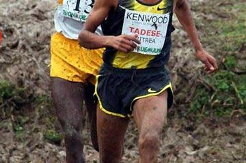 Zersenay Tadese battles in the mud of the Cinque Mulini with Thomas Longosiwa (Lorenzo Sampaolo)