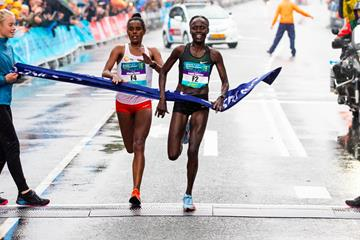 Lonah Salpeter (r) takes a narrow victory at the Dam tot Damloop (Vincent van den Boogaard/organisers)