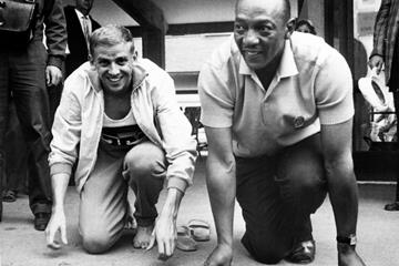 Armin Hary (l) with Jesse Owens after winning the 1960 Olympic 100m title in Rome (AFP/Getty Images)