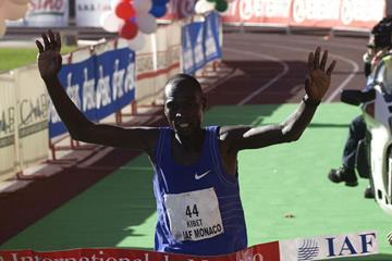 Wilson Kibet winning the 2001 Monaco Marathon (Getty Images)
