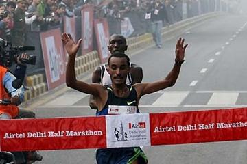 Deriba Merga wins the 2008 Airtel Delhi Half Marathon (AFP / Getty Images)
