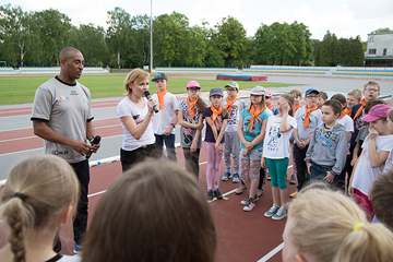Colin Jackson meets local schoolchildren in Warsaw (Tomasz Kasjaniuk)