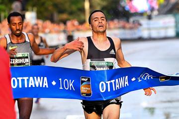 Mohamed Ziani notches a narrow victory at the Ottawa 10K (Bruce Wodder/Photo Run)