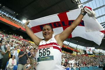 Lorraine Shaw after winning 2002 Commonwealth Hammer title (Getty Images)