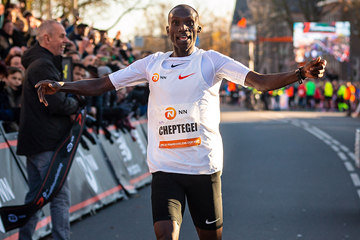 Joshua Cheptegei wins the Zevenheuvelenloop in a world best for 15km (Organisers)