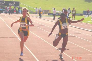 Christy Coetzee edging Nombuleli Mkenku in the girls 100m (Mark Ouma)