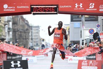 Titus Ekiru smashing the course record in Milan (Organisers)