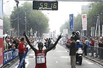 Samuel Wanjiru Kamau wins the Fortis Rotterdam Half Marathon (c)