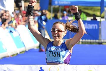 Tish Jones wins the 2016 Sanlam Cape Town Marathon (Roger Sedres)