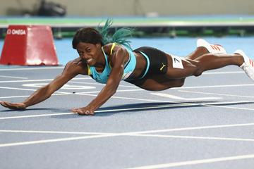 Shaunae Miller-Uibo falls across the finish line in the 2016 Olympic 400m final (Getty Images)