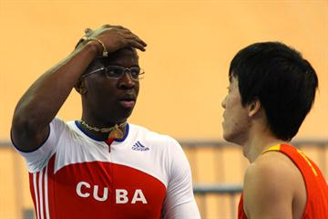 Liu Xiang tries to console Dayron Robles (Getty Images)