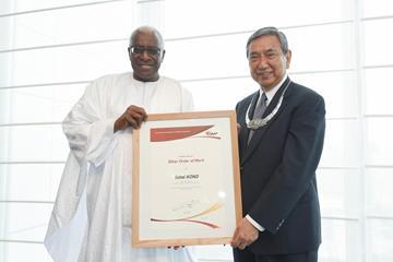 IAAF President Diack awards IAAF Silver Order of Merit to JAAF Honorary President Yohei Kono (IAAF)