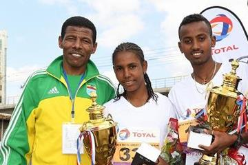 Haile Gebrselassie with 2016 Great Ethiopian Run winners Fotyen Tesfay and Abe Gashahun (Jiro Mochizuki)