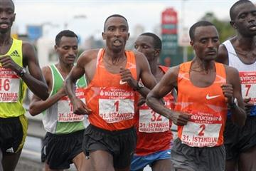 Kasime Adilo Roba (1) of Ethiopia en route to his victory at the Intercontinental Istanbul Eurasia Marathon (H. Emre Durmus)