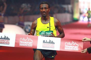 Sisay Lemma wins the 2015 Frankfurt Marathon (Victah Sailer / organisers)
