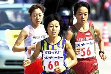 Noguchi running in the 2002 Nagoya Marathon (Rikujyo Kyogi Magazine)