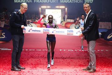 Vivian Cheruiyot wins the 2017 Frankfurt Marathon (Victah Sailer/organisers)