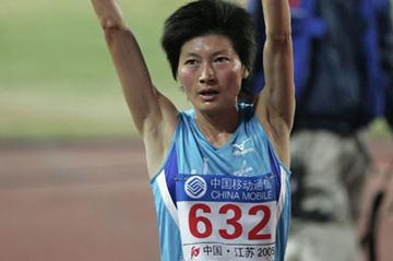 Xing Huina celebrates winning the 10,000m at the 10th National Games (Getty Images)