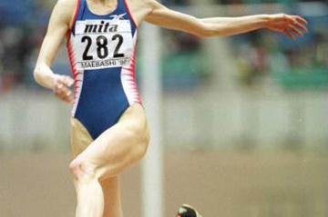 Tatyana Kotova's victorious long jump (© Allsport)