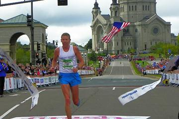 Jason Hartmann wins the 2009 Twin Cities Marathon (Kurdyumova/Porada)