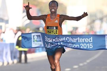Lemi Berhanu Hayle wins the 2015 Standard Chartered Dubai Marathon (Giancarlo Colombo)