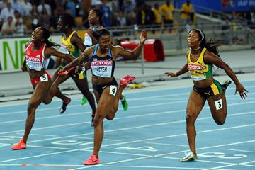 Carmelita Jeter winning gold from Shelly-Ann Fraser-Pryce in the women's 100m final in Daegu (Getty Images)