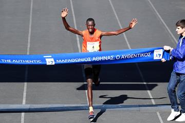 Brimin Misoi winning the Athens Marathon (Victah Sailer/AMA)