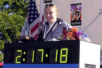 Radcliffe with Chicago race clock (Getty Images)