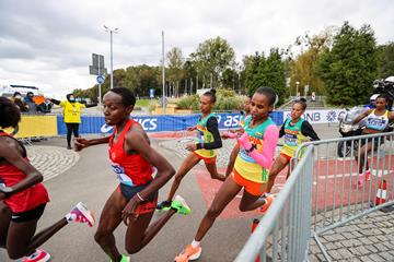 Yasemin Can and Ababel Yeshaneh in action at the World Athletics Half Marathon Championships Gdynia 2020 (Dan Vernon)